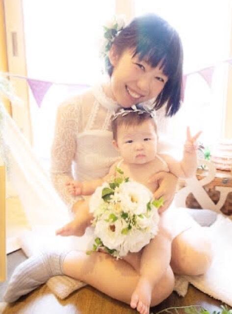 おかっぱミユキのサイト用プロフィール写真。おかっぱミユキの子供「まんじゅう」を抱っこしている。