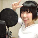 おかっぱミユキの歌のレコーディング風景写真。コンデンサーマイクを前に笑顔でピースサインしている。