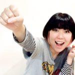 笑顔でガッツポーズするおかっぱミユキの写真。今にも飛び出しそうなくらいに元気だ。