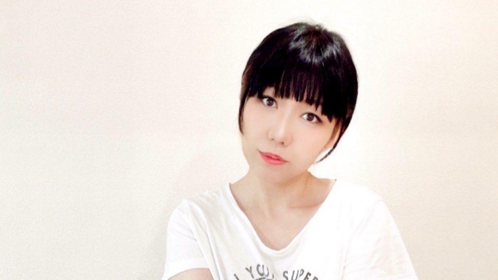 深田恭子風のメイクをしたおかっぱミユキの写真。髪を結い、首をかしげて、なるべく似せようと必死な様子が伝わってくる。