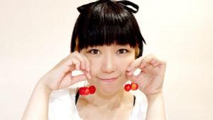 ほっぺたにさくらんぼをくっつけているおかっぱミユキの写真。真っ赤に実ったサクランボがとてもおいしそうだ。